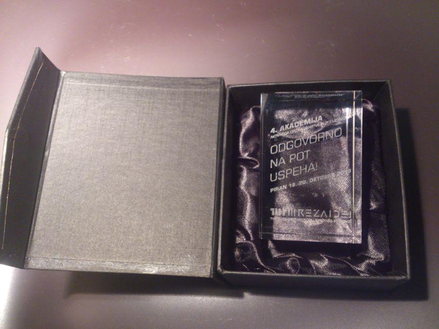Gravirana steklena nagrada