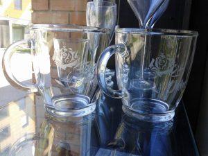 Stekleni skodelici z napisi