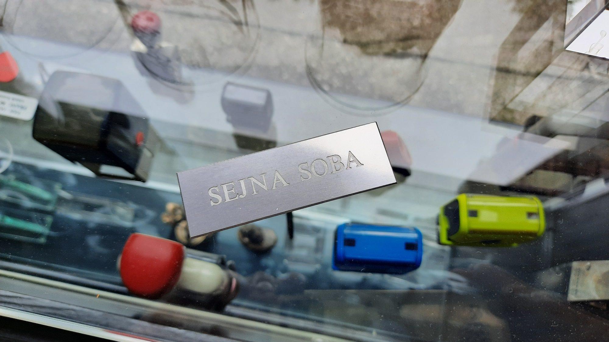 Aluminij tablica z graviranim napisom
