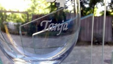 Graviran kozarec za vino